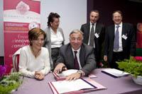 Monsieur Larcher et madame Jouanno en pleine signature