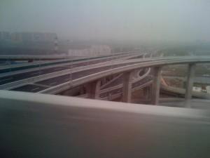 Une infrastructure impressionnante, entrelas de ponts : anticipation de votre trajet impérative