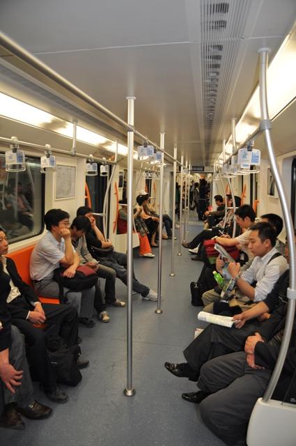 Le métro shanghaïen, large, spacieux, lumineux et propre. Simple et inspirant
