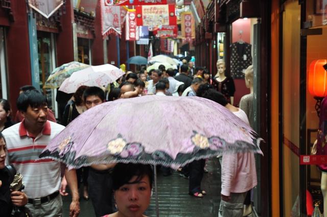 Quelques ombrelles chinoises dans un des rares quartiers encore préservés