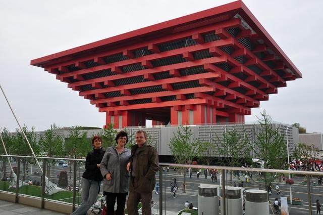 Régine, Fred et Lou' devant l'imanquable pavillon chinois. Où que tu sois dans l'exposition, ami visiteur, tu constateras l'imposante prestance du pavillon national