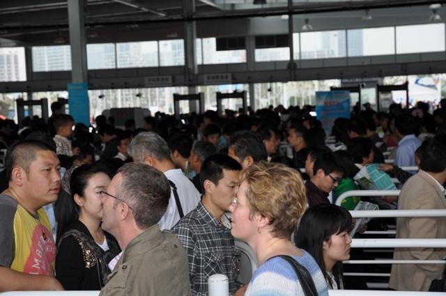 Retour à la réalité, l'expo universelle à Shanghaï c'est d'abord des heures de queues. Merci à Léon, notre guide, qui avait tout préparé, surtout des coupe-file.